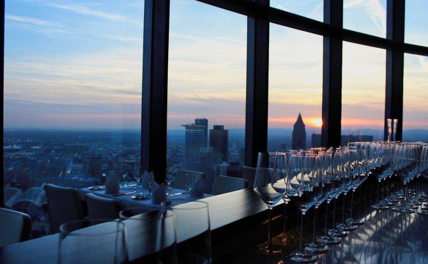 skyline dinner in 200 metern h he das maintower. Black Bedroom Furniture Sets. Home Design Ideas